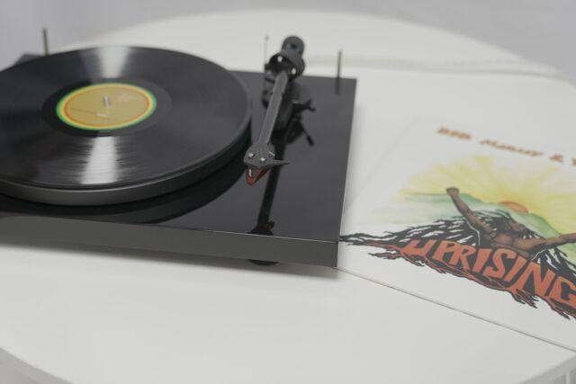 Le saviez-vous ? Aujourd'hui c'est la journée internationale du #Reggae ! L'occasion pour l'équipe de Pro-Ject France de réécouter l'album Uprising de Bob Marley & The Wailers : un classique ! Et vous ? Quels albums écoutez-vous ?  #ProJect #DebutCarbonReference #Reggae #JournéeInternationalDuReggae #InternationalReggaeDay #BobMarley #Jamaïque #Rasta #Musique #Vinyle